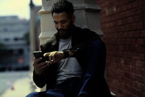 Mann nutzt Mercedes Me App